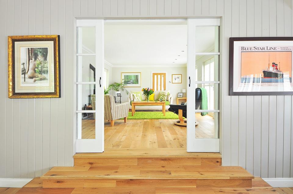 drevená podlaha a otvorené dvere