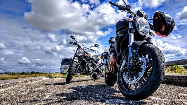 Dve odstavené motorky, obloha.jpg