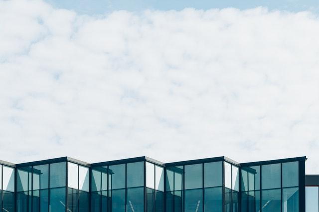 vrch presklenej modernej budovy.jpg