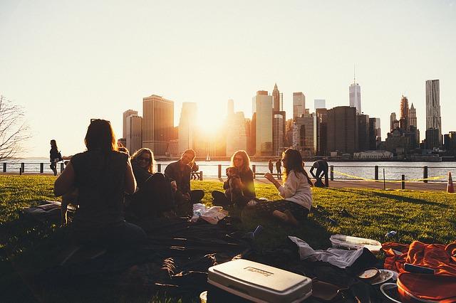 skupina ľudia mesto.jpg