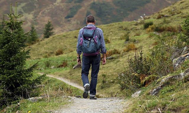 muž na túre v lese.jpg
