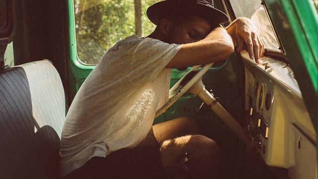 spiaci muž za volantom.jpg