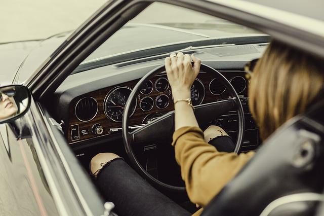 žena šoféruje.jpg