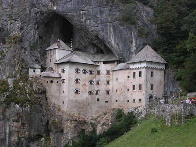 jaskyňa hrad Predjama.jpg