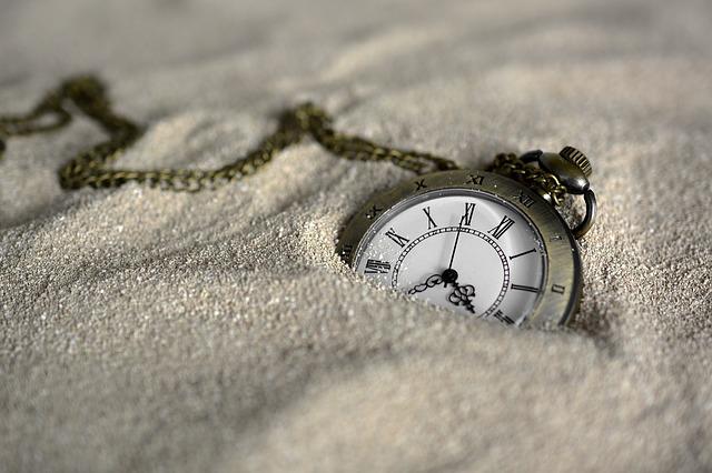 hodiny v prachu.jpg