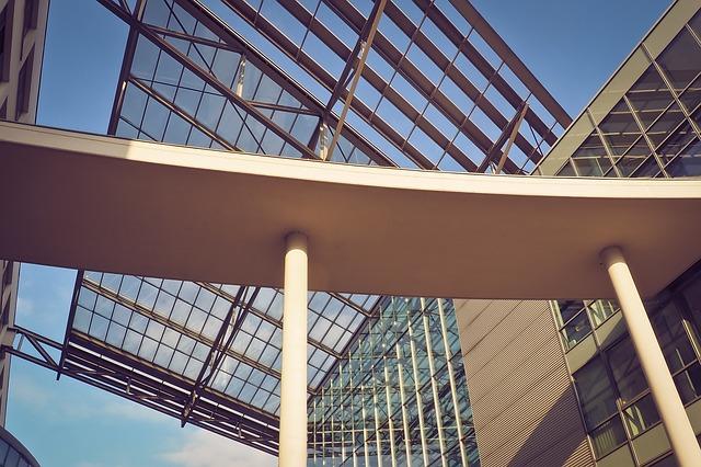 Moderná sklenená budova.jpg