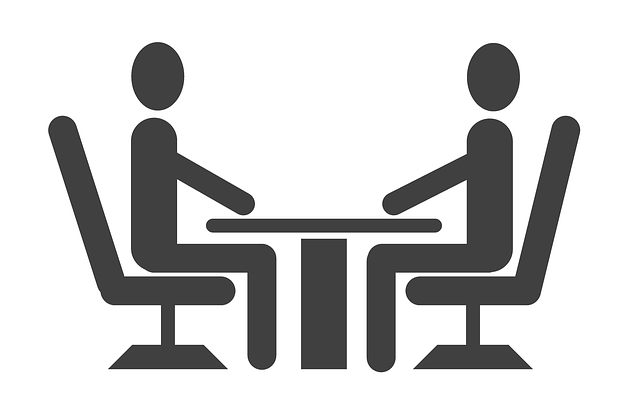 dvaja ľudia za stolom.png