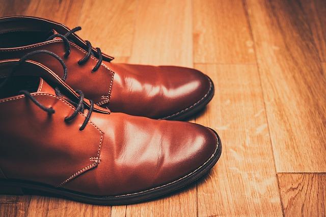 Pánske hnedé topánky, drevená podlaha.jpg