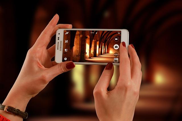 Biely smartphone, fotenie.jpg