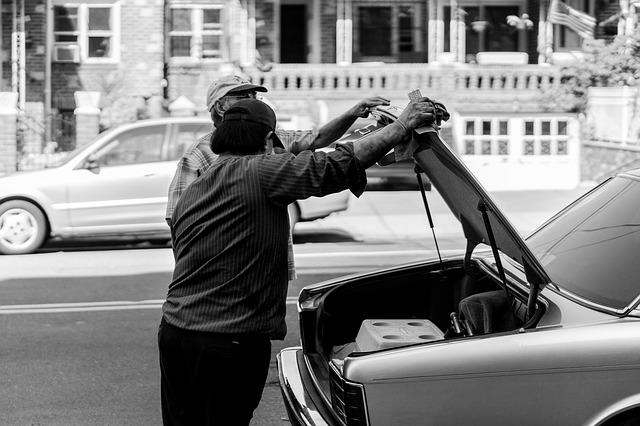 muži stoja pri kufri auta.jpg