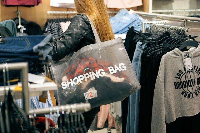 žena v obchode nakupuje.jpg