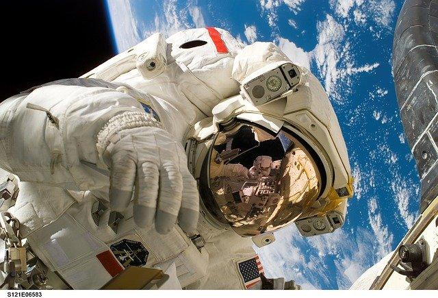 kozmonaut vo vesmíre.jpg