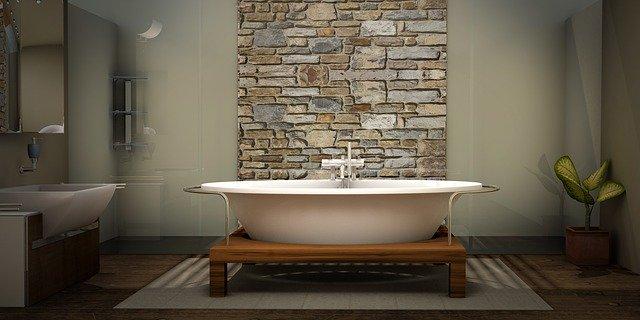Kamenný obklad za vaňou v kúpeľni