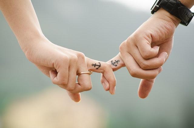 Muž a žena sa držia za ruky