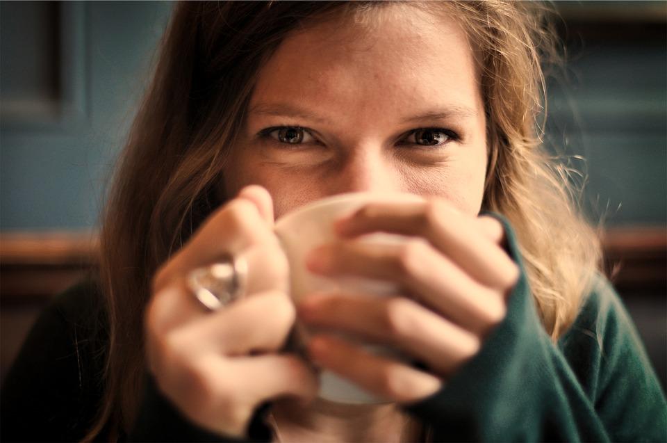 spokojná žena pije